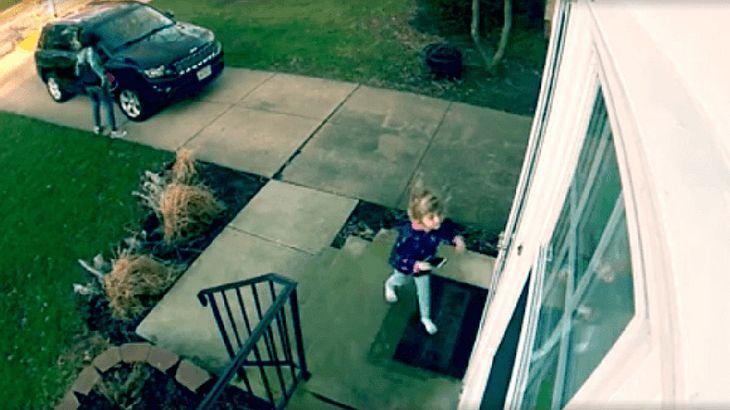Kleines Mädchen wird von Windböe erfasst