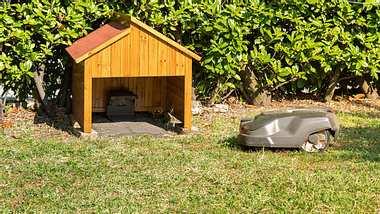 Mähroboter Garage Garten Hecke - Foto: iStock / EleSi