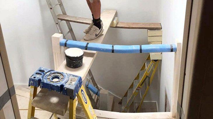 Mann auf instabilen Leitern