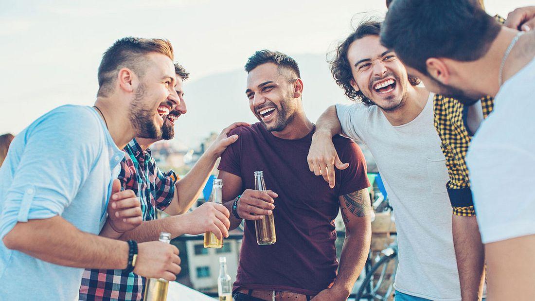Eine Gruppe Männer hat Spaß