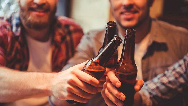 Männer beim Biertrinken