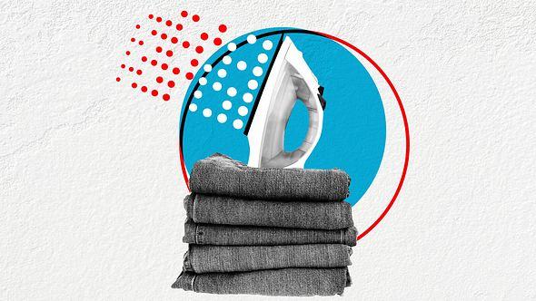 Bügeleisen über einem Stapel Jeans - Foto: iStock / MikeyGen73
