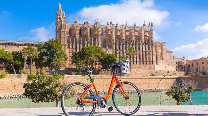 Fahrrad vor der Kathedrale der Heiligen Maria auf Palma