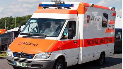 Man verprügelt Rettungssanitäter im Einsatz