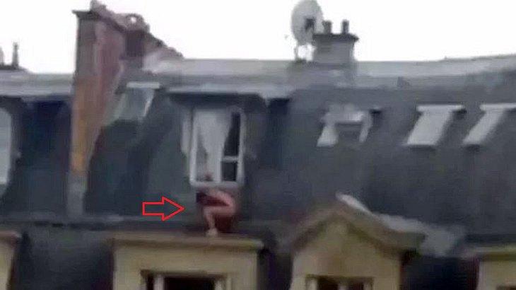 Naphtal Ngatali filmt, wie der Liebhaber eine Frau vor deren Ehemann flieht und sich nackt unter dem Schlafzimmer-Fenster versteckt