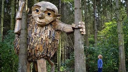 Diese gigantischen Holz-Skulpturen verstecken sich in einem nordeuropäischen Wald - Foto: Thomas Dambo