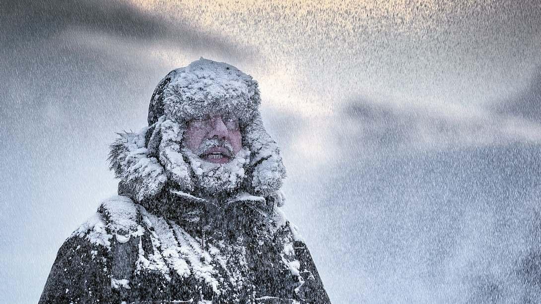 Mann in Schneegestöber - Foto: iStock / DieterMeyrl