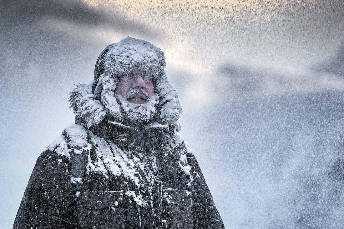Mann in Schneegestöber