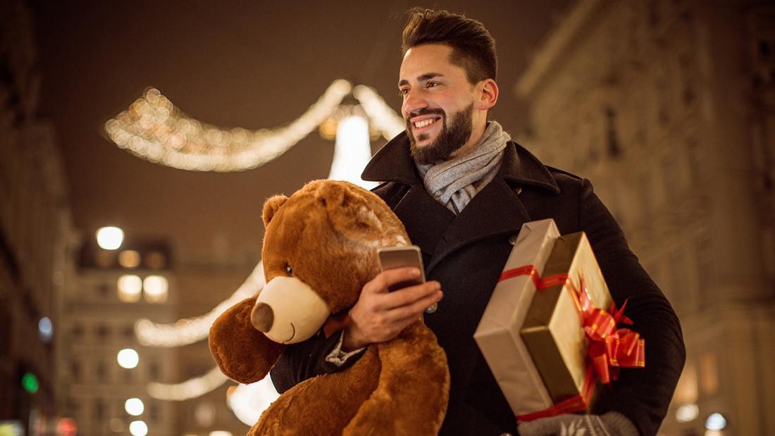Mann in Weihnachtsvorfreude