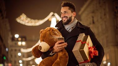 Mann in Weihnachtsvorfreude - Foto: iStock / svetikd