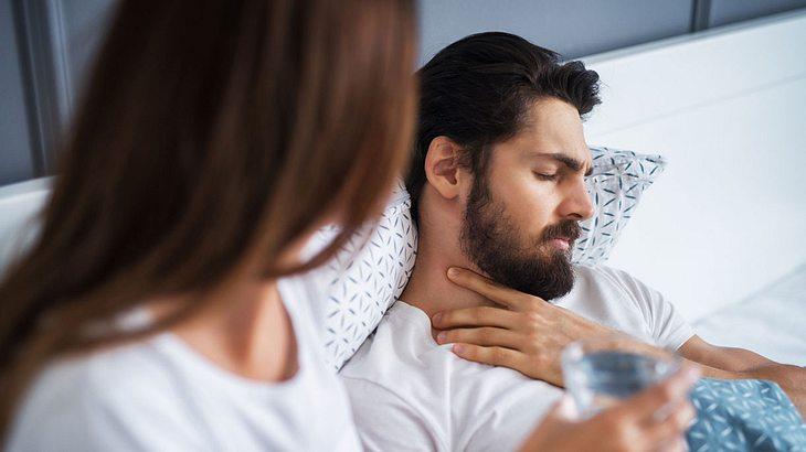 Kranker Mann wird von Frau versorgt