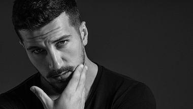 Schwarz-Weiß Portrait eines Mannes - Foto: iStock / CoffeeAndMilk