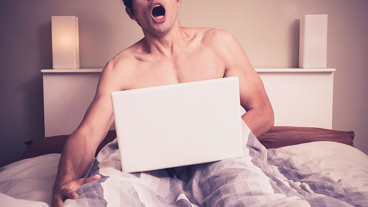 Mann masturbiert vor dem Laptop