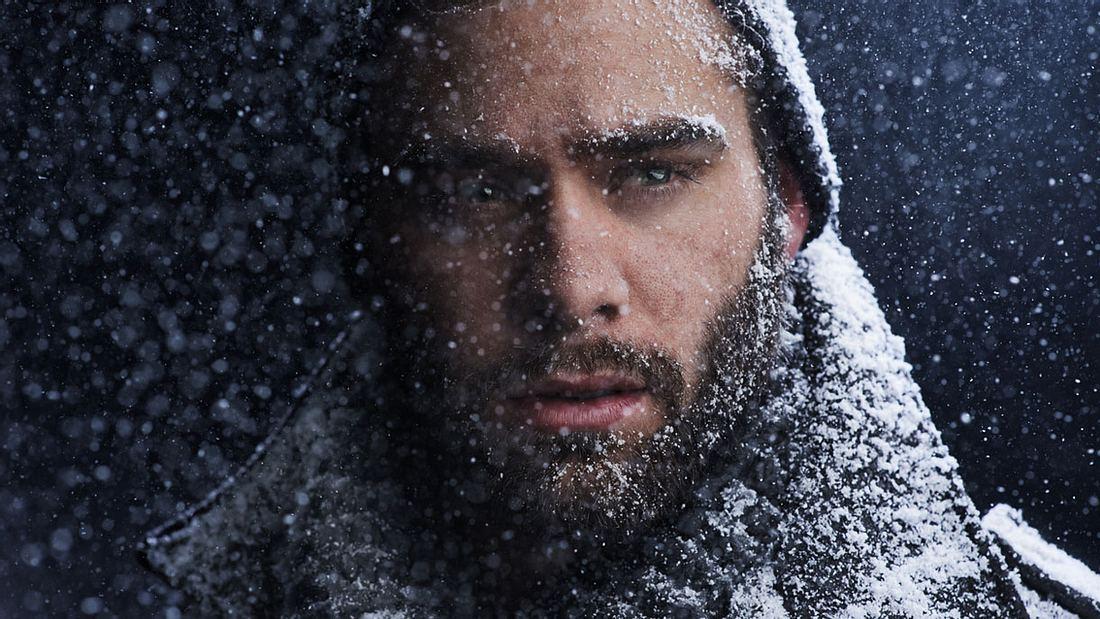 Mann mit Bart im Schnee