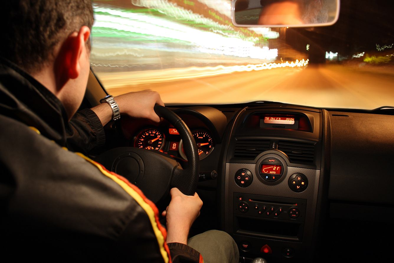 Fahrer rast durch Tunnel