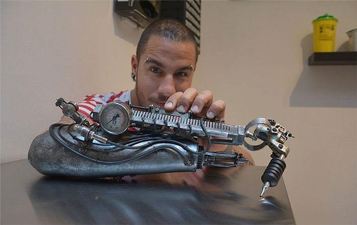 Der Franzose JC Sheitan Tenet  tätowiert mit einer Arm-Prothese