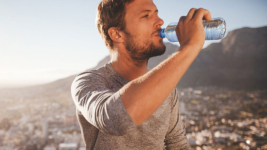 Mann trinkt Wasser