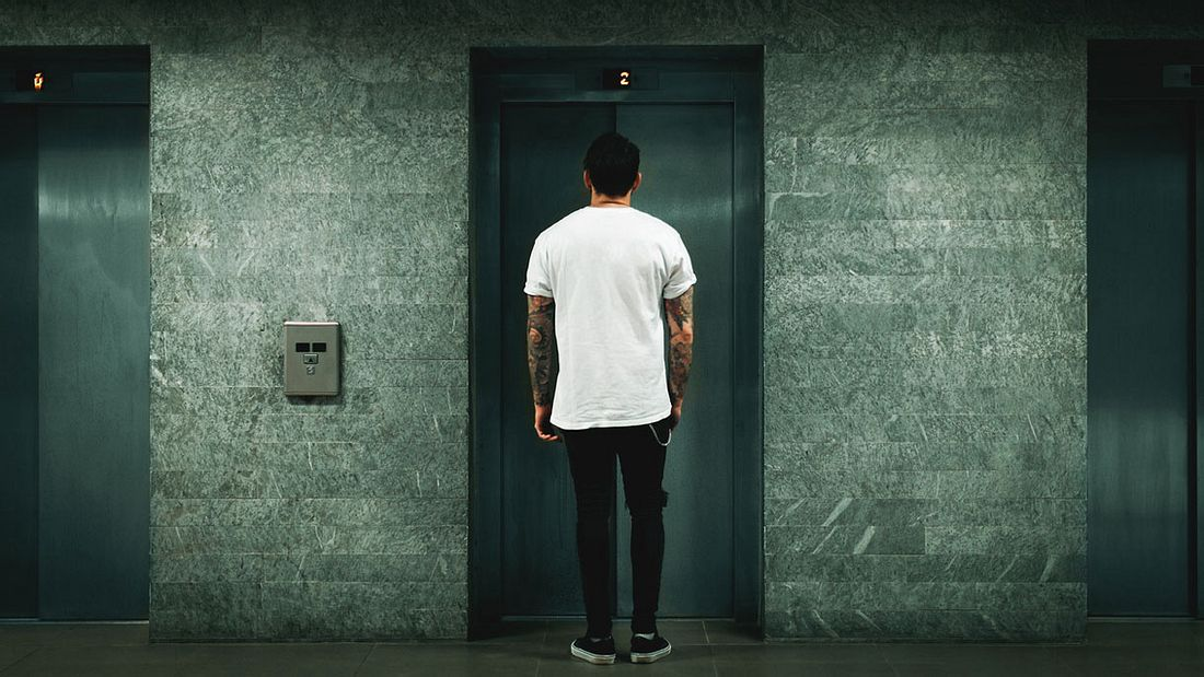 Warten auf den Fahrstuhl