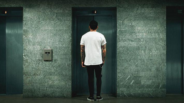 Warten auf den Fahrstuhl - Foto: iStock / Marco_Piunti