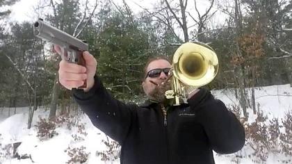 YouTuber covert Hit-Songs mit Knarren und Trompeten