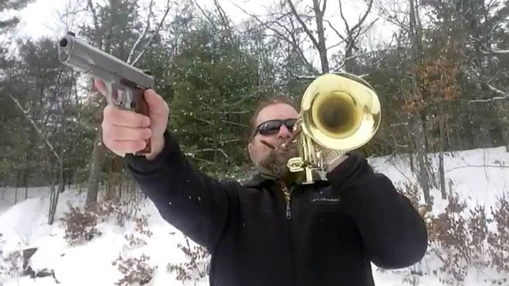 Charlie Cook covert weltberühmte Songs mit seiner Pistole und Trompete