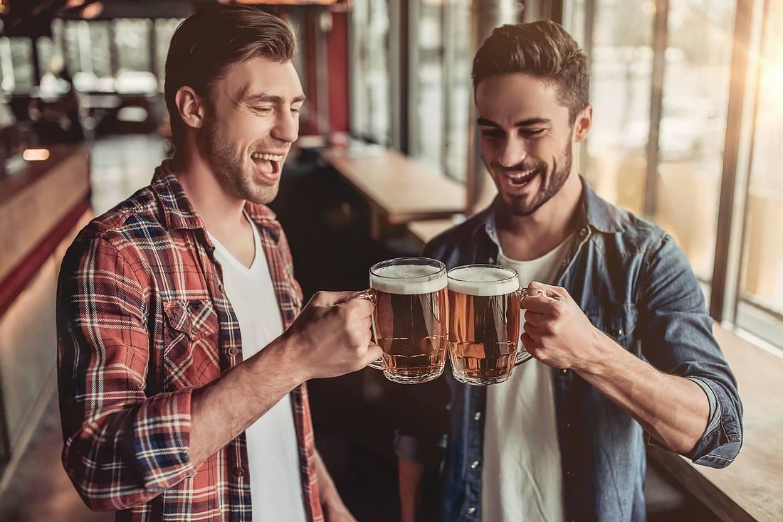 Männer trinken Bier