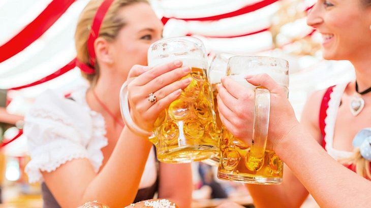 Im Oktoberfestzelt mit einer Maß Bier