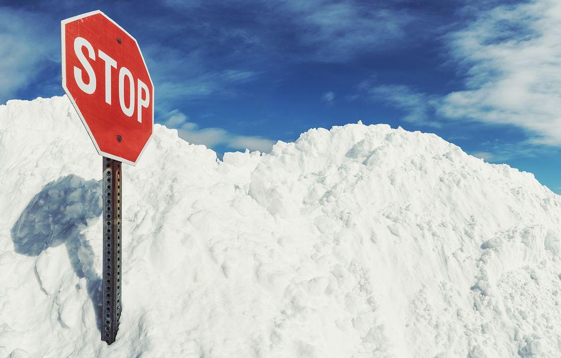 Stoppschild in massiver Schneeansammlung