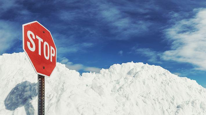 Stoppschild in massiver Schneeansammlung - Foto: iStock / shaunl