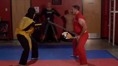 Karate-Meister vernichtet Scorpion aus Mortal Kombat
