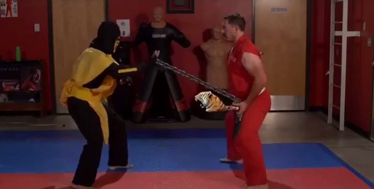 Master Ken zerstört Scorpion aus Mortal Kombat