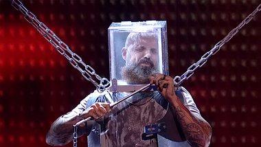 Matt Johnson befreit sich in letzter Sekunde - Foto: YouTube / Britains Got Talent