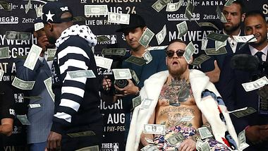 MayMac: Floyd Mayweather bewirft Conor McGregor mit Geld - Foto: YouTube / HBO