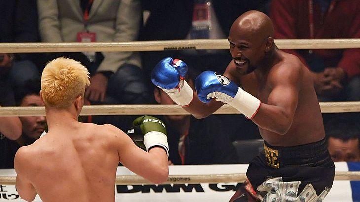 Floyd Mayweather Jr. deklassiert Tenshin Nasukawa.