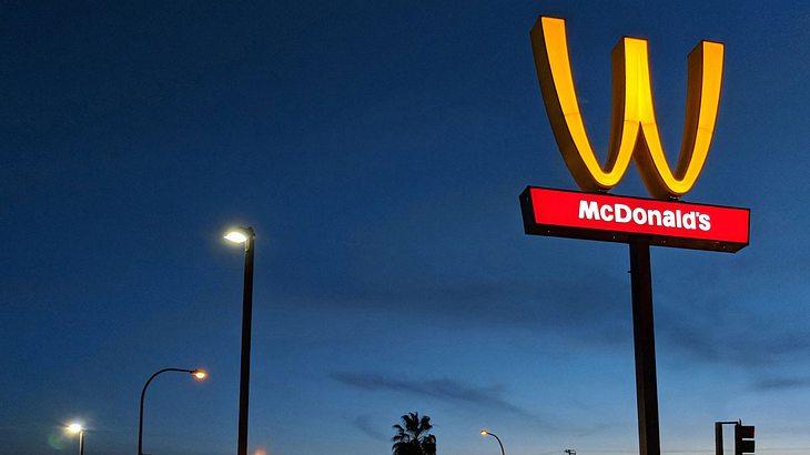 Zum Weltfrauentag dreht McDonald's ihr Logo auf den Kopf