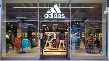 Ladenfront eines Adidas-Geschäfts - Foto: iStock / Pere_Rubi