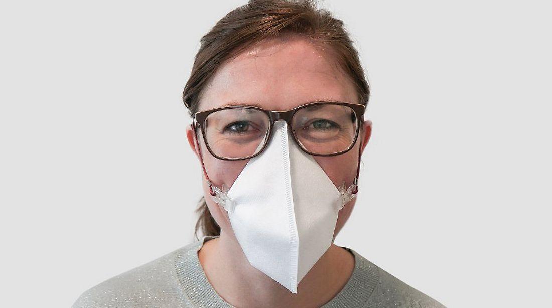 Frau trägt Virusmaske von Melitta