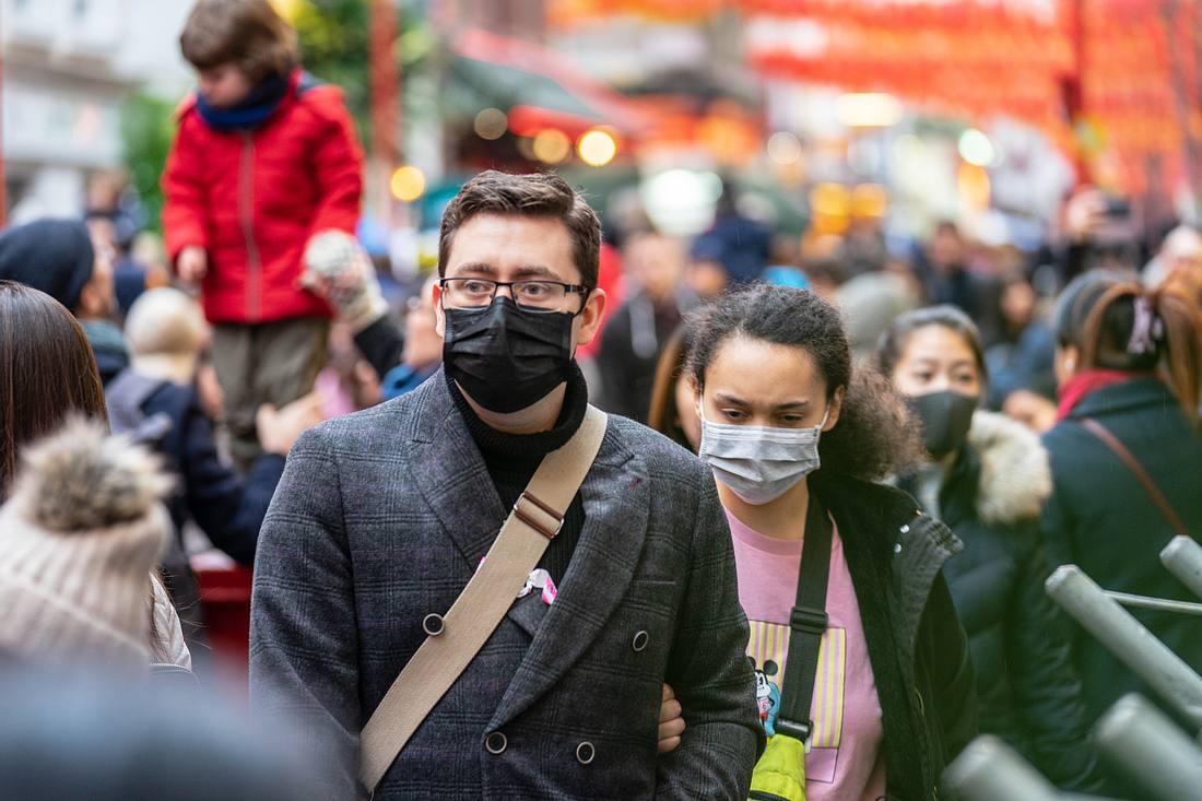 Menschen auf der Straße mit Atemschutzmasken