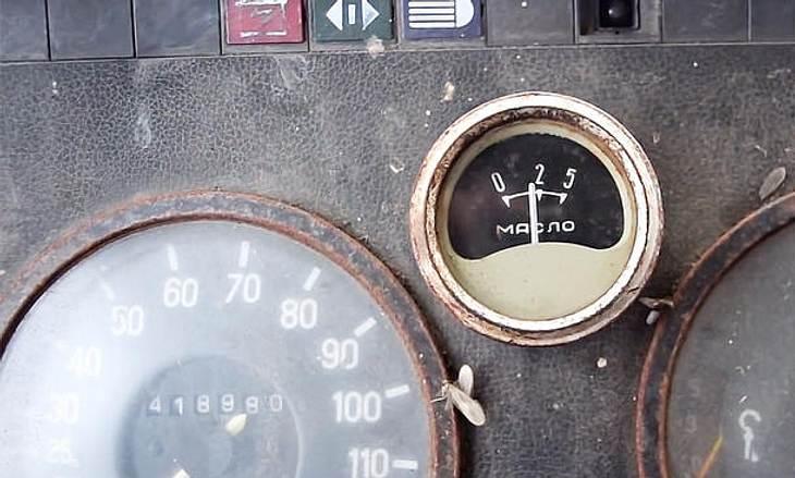 Zwei Russen versuchen, einen Mercedes T2 407D nach 12 Jahren kalt zu starten