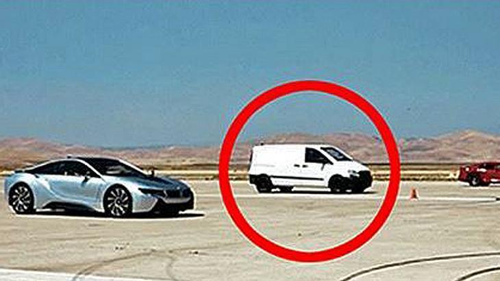 900 PS: Ein Mercedes Vito gewinnt ein Drag Race gegen Ferrari und Dodge
