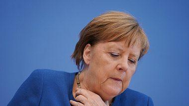 Angela Merkel kratzt sich am Hals - Foto: Getty Images / Sean Gallup / Staff