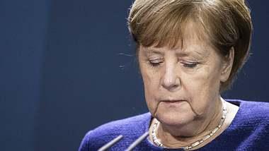 Angela Merkel mit Blick nach unten - Foto: imago images / photothek