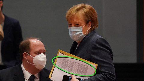 Angela Merkel mit Impfliste - Foto: Getty Images / Sean Gallup (Markierung Männersache)