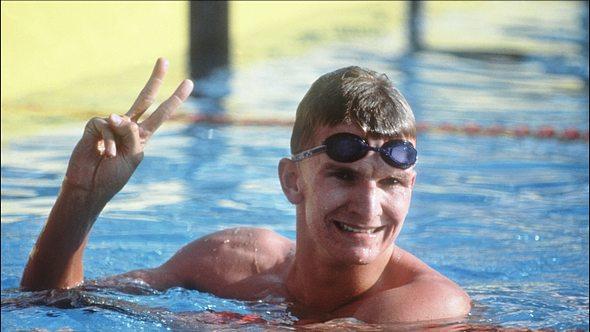 Michael Groß im Schwimmbecken, das Victory-Zeichen machend - Foto: Getty Images / COLLS / AFP