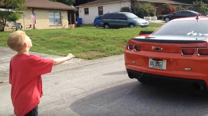 Video: Vater zieht seinem Sohn den Milchzahn mit 432-PS-Karre