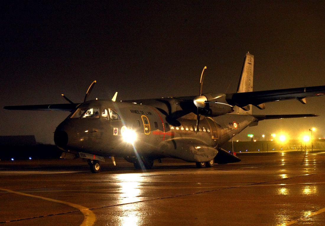 Militätflugzeug auf Flughafen