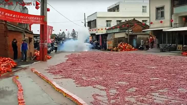 Das passiert, wenn Chinesen einem Million Böller auf einmal anzünden