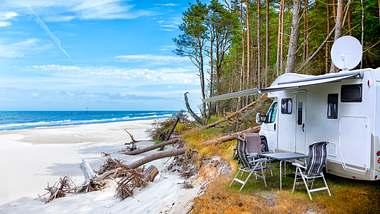 Mit dem Wohnmobil an der Ostsee - Foto: iStock / ewg3D