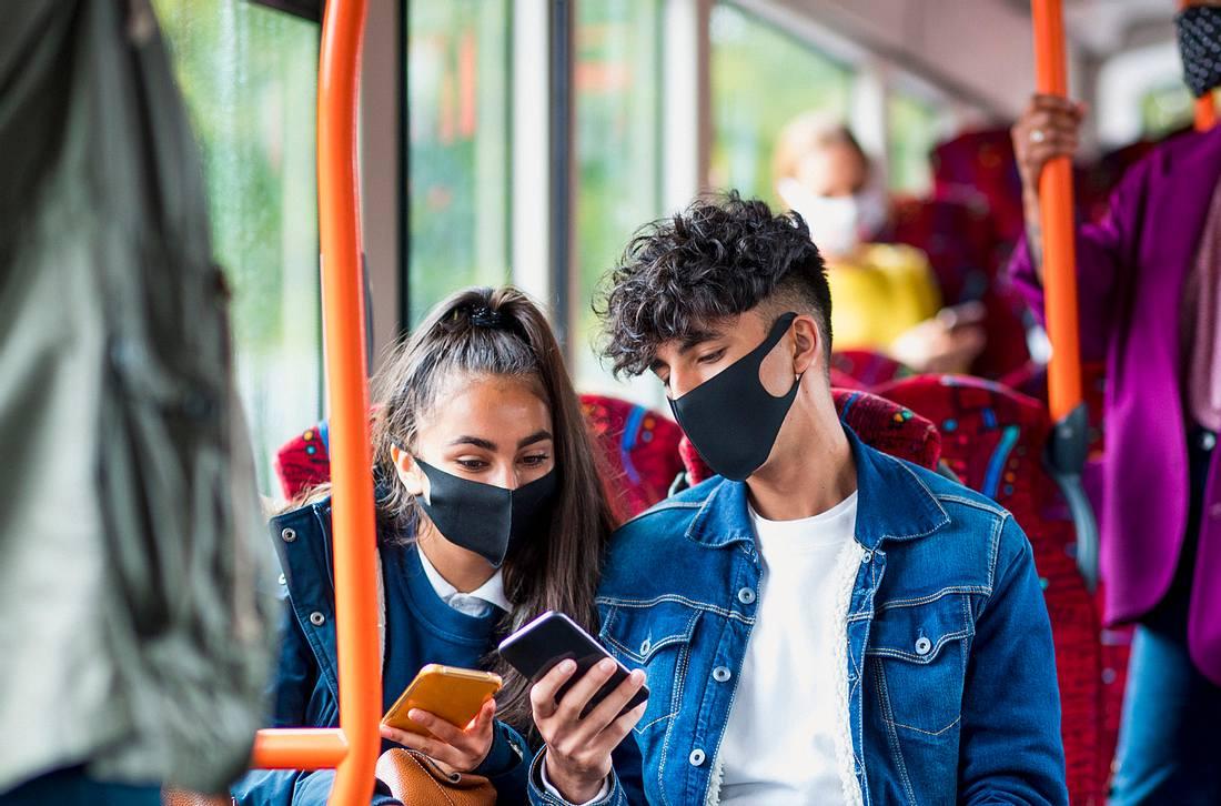 Mit Maske im Bus