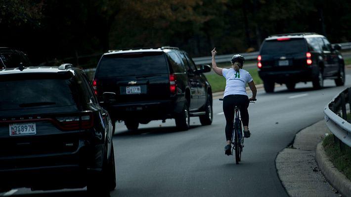 Frau zeigt Donald Trump den Mittelfinger